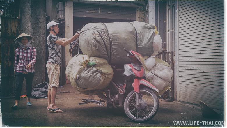 Мопед для вьетнамца - это и грузовик, и удобный диван