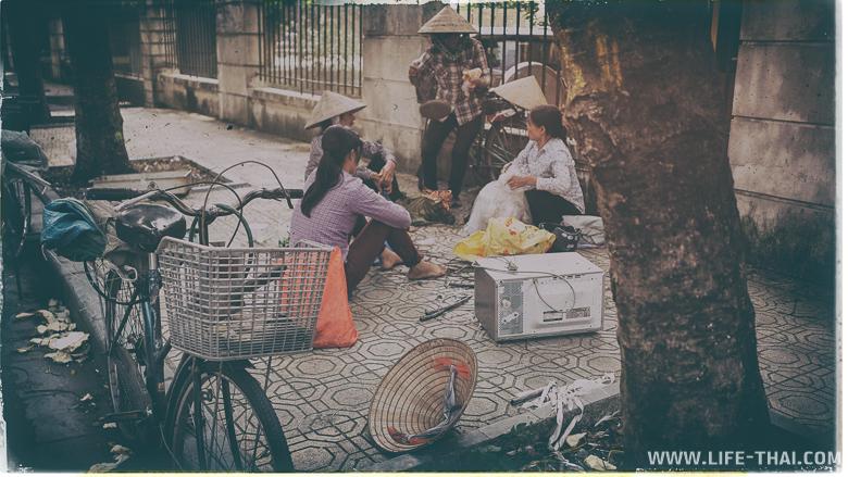Вьетнамки, которые целыми днями собирают картон и металлолом