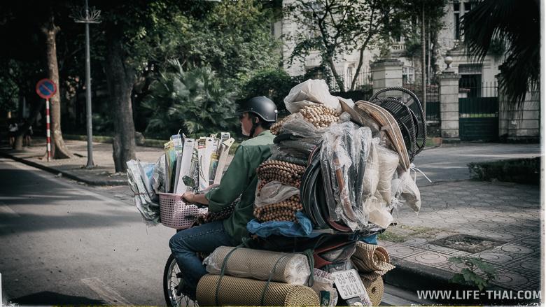 Сколько товаров может перевезти один вьетнамец на мопеде?