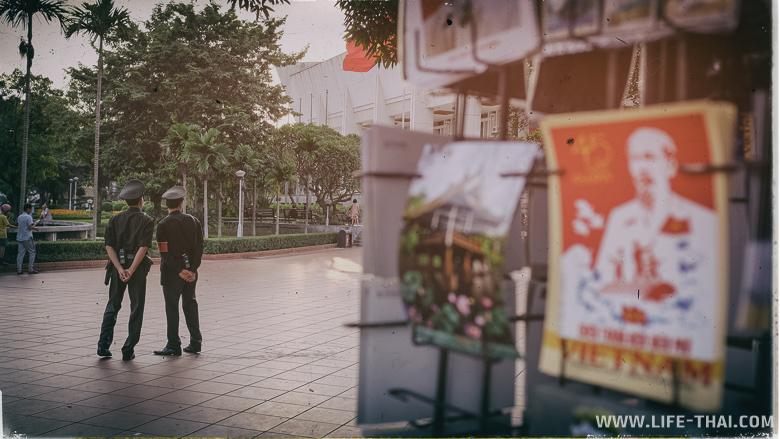 Вьетнамская милиция у музея Хошимина