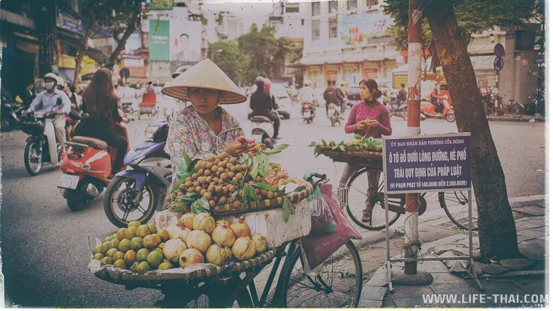 Торговцы фруктами целый день колесят по Ханою