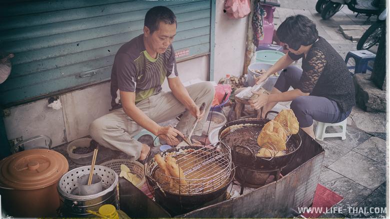 Вьетнамцы готовят на улице какую-то еду