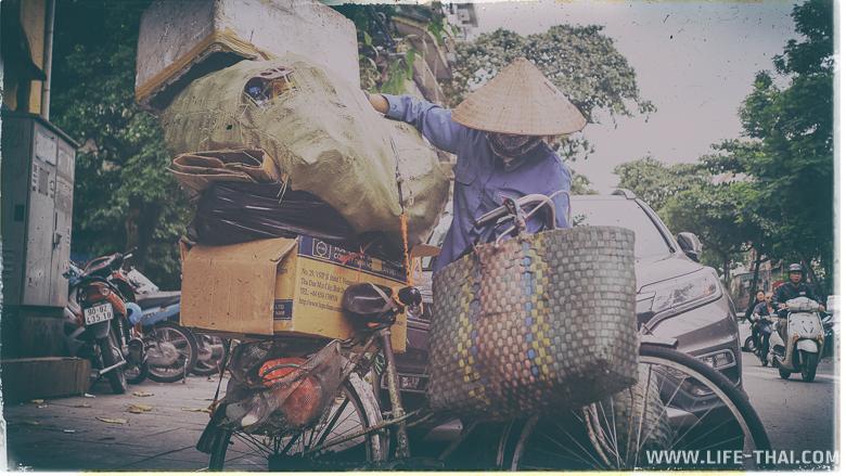 Вьетнамка собирает мусор на улицах Ханоя, чтобы сдать его