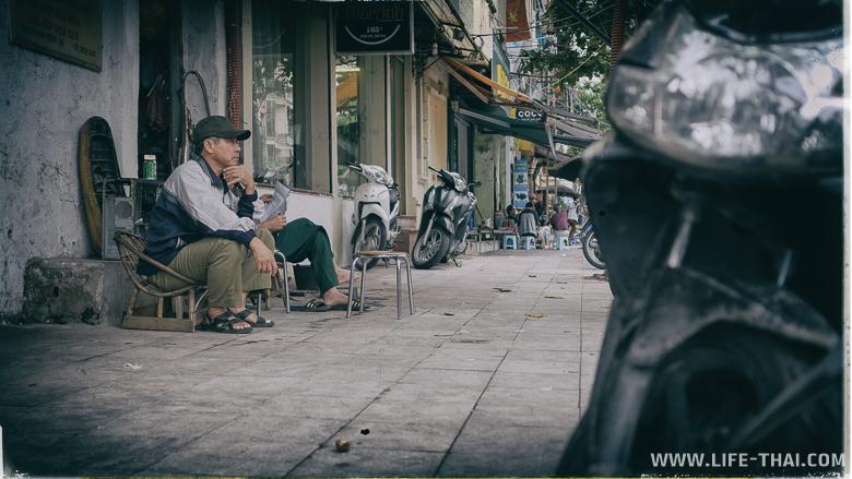 Вьетнамцы паркуют мотобайки на тротуарах