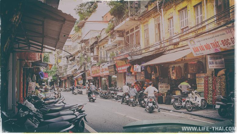 Улица Ханоя с припаркованными мотобайками, фото