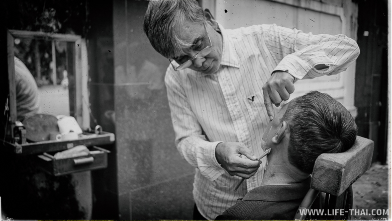 Цирюльник на улице в Ханое, Вьетнам