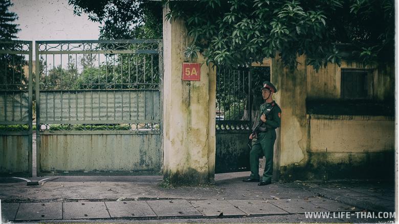 Охранник с оружием в руках на улице в Ханое, Вьетнам
