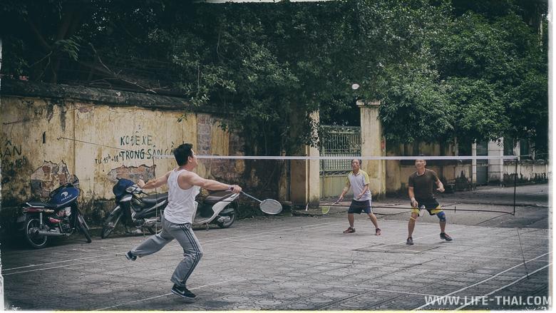 Вьетнамцы играют в бадминтон на улице в Ханое, Вьетнам
