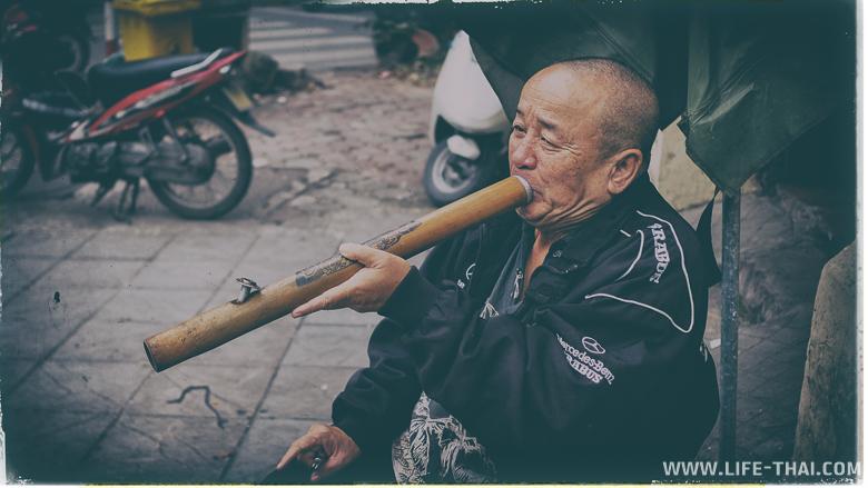 Вьетнамский мужчина курит Thuoc Lao