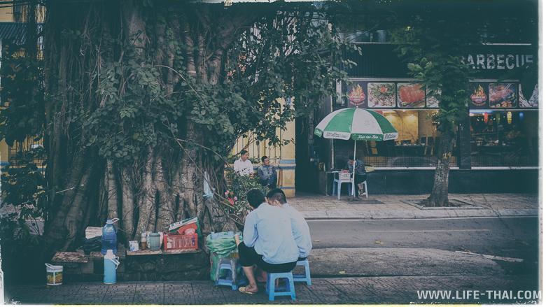 Вьетнамцы обожают сидеть на корточках