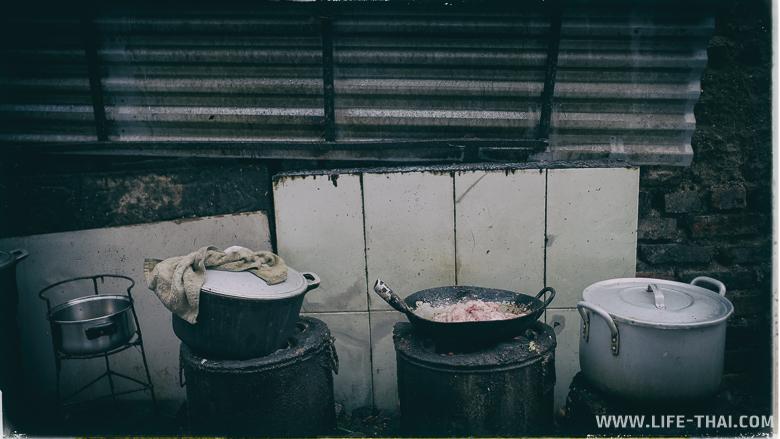Быт людей, живущих в трущобах на железной дороге, Ханой, Вьетнам