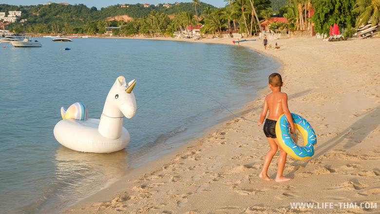 Мальчуган на пляже Банграк, Самуи