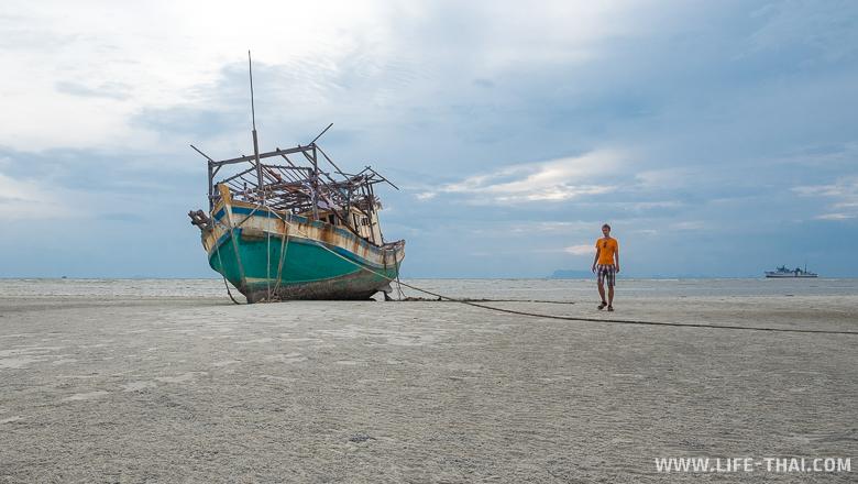 Рыбацкий корабль на мели во время отлива на пляже Натон, Самуи