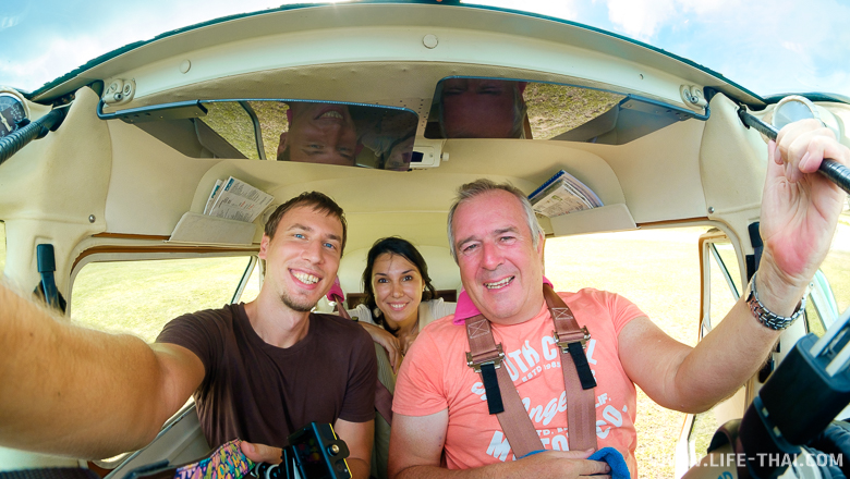 С пилотом после полёта в кабине самолёта