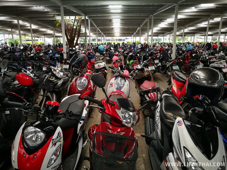 Парковка для мотобайков в тайском магазине, жизнь в Таиланде