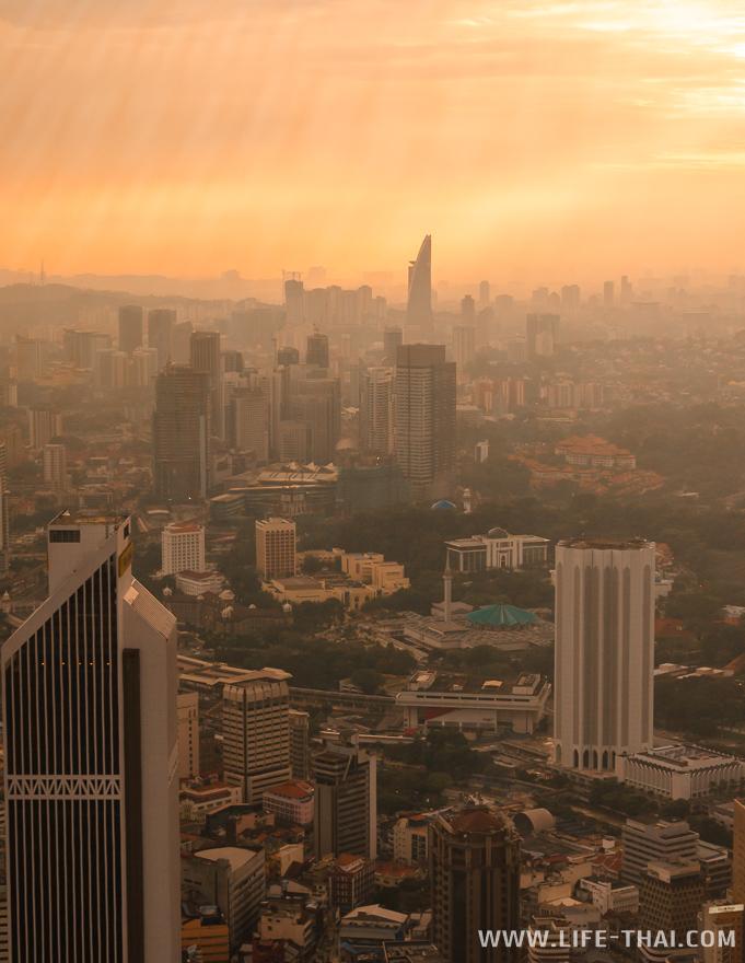 Вид на Куала-Лумпур с башни Менара