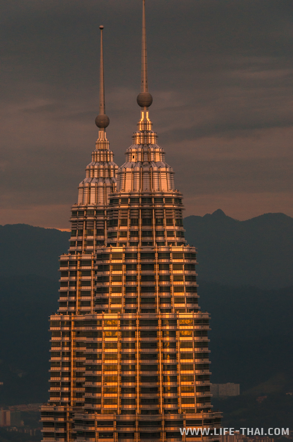 Башни Петронас на закате
