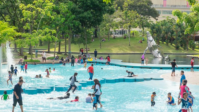 Дети и родители в бассейне в центральном парке Куала Лумпура