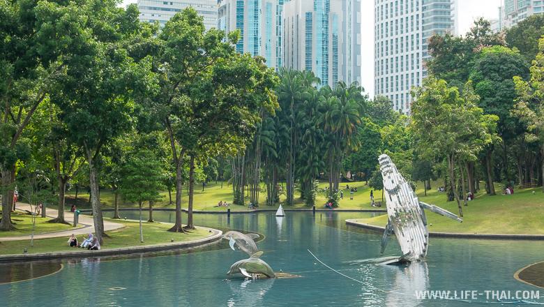 Огромный кит и дельфины в центральном парке Куала Лумпура - достопримечательность, где нескучно детям