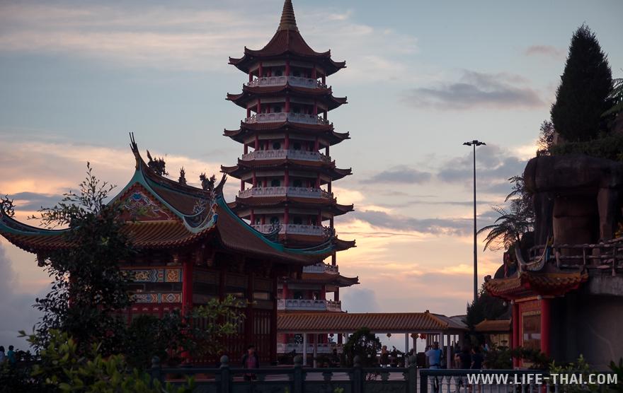 Огромная пагода в Гентинг Хайлендс