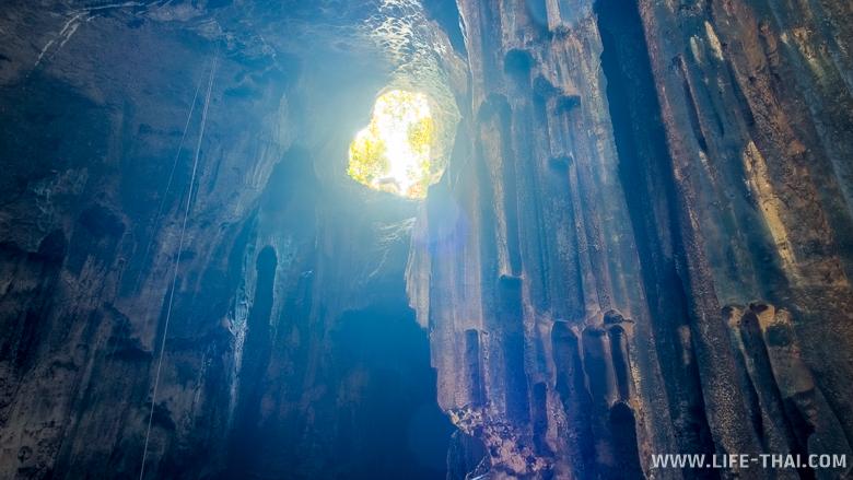 Дыра в потолке пещеры, через которую попадает свет