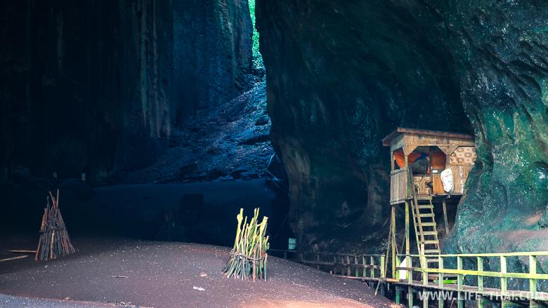 Сторожка у входа в пещеру Гоматонг