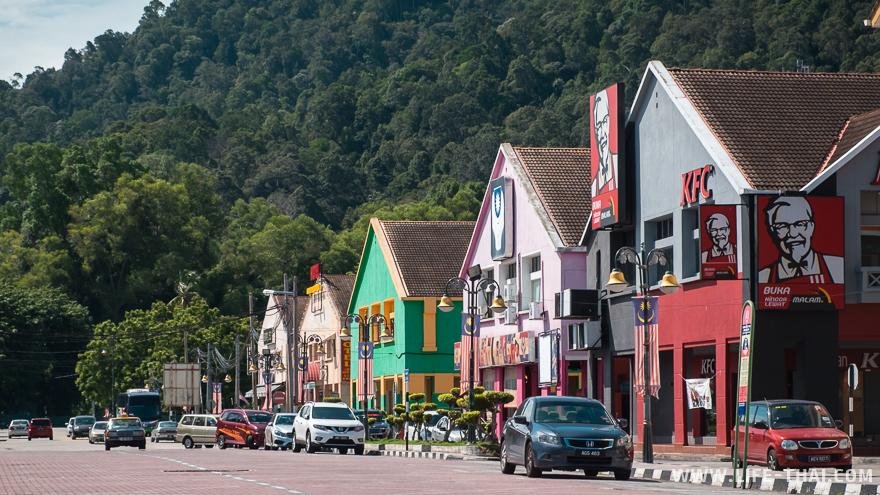 Широкие улицы, невысокие дома - типичный облик провинциального города в Малайзии