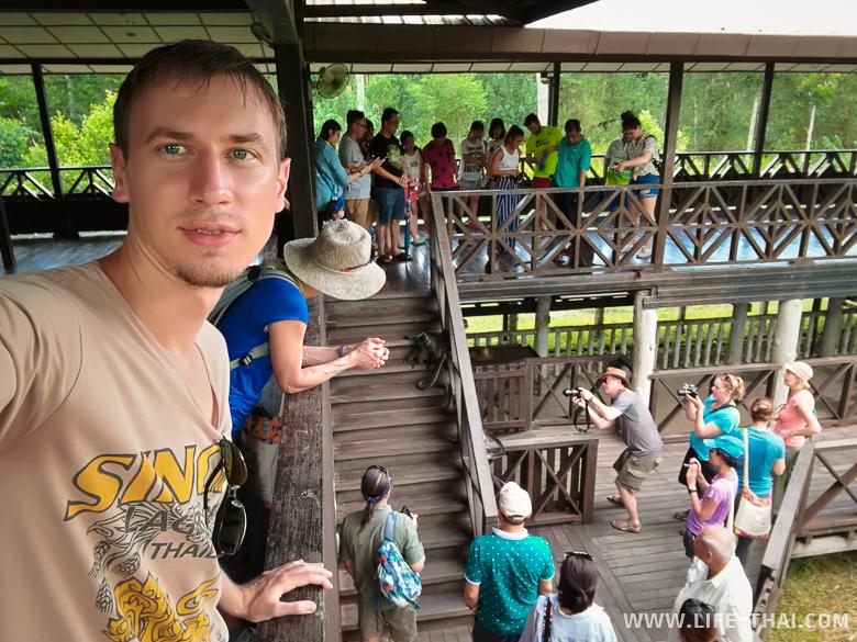 Игорь на фоне смотровой площадки в Лабук бэй