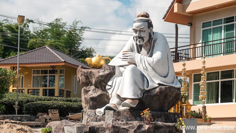 Статуя китайца, пьющего чай, в Мэсалонге