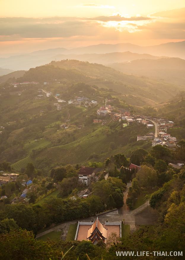 Рассвет в Мэсалонге в храме на горе