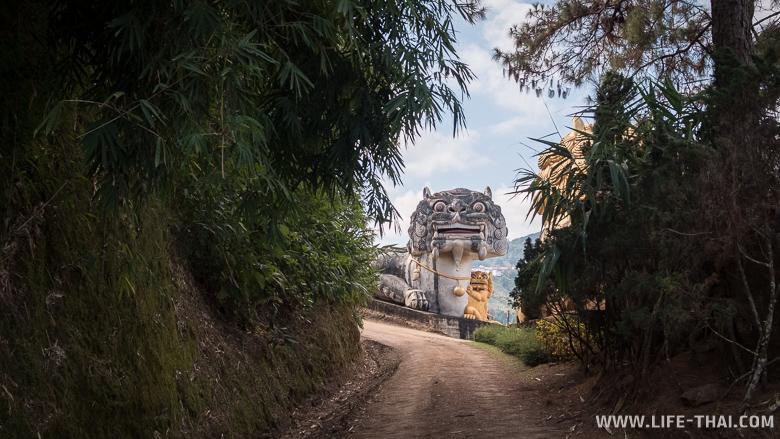 Львица фу охраняет вход в центр агротуризма Мэсалонга