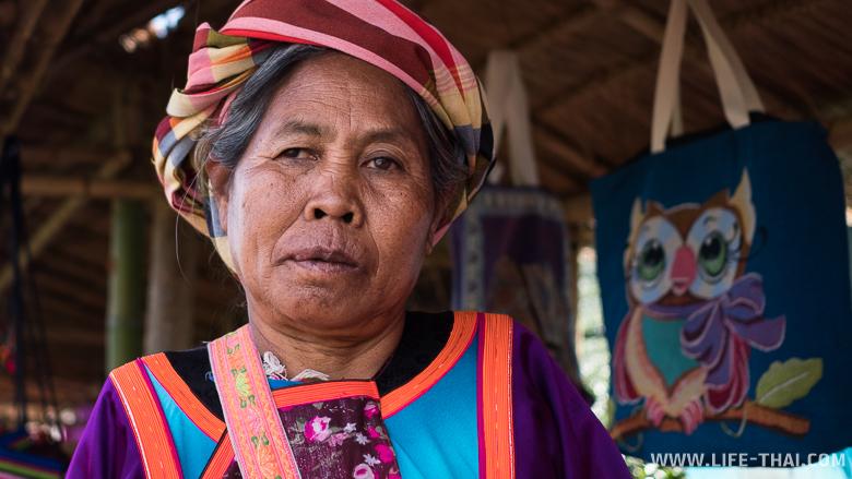 Продавщица брелков на чайных плантациях в Мэсалонге