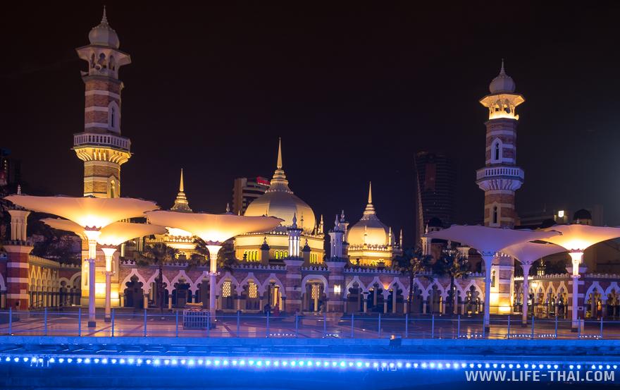 Мечеть с подсветкой на площади Мердека