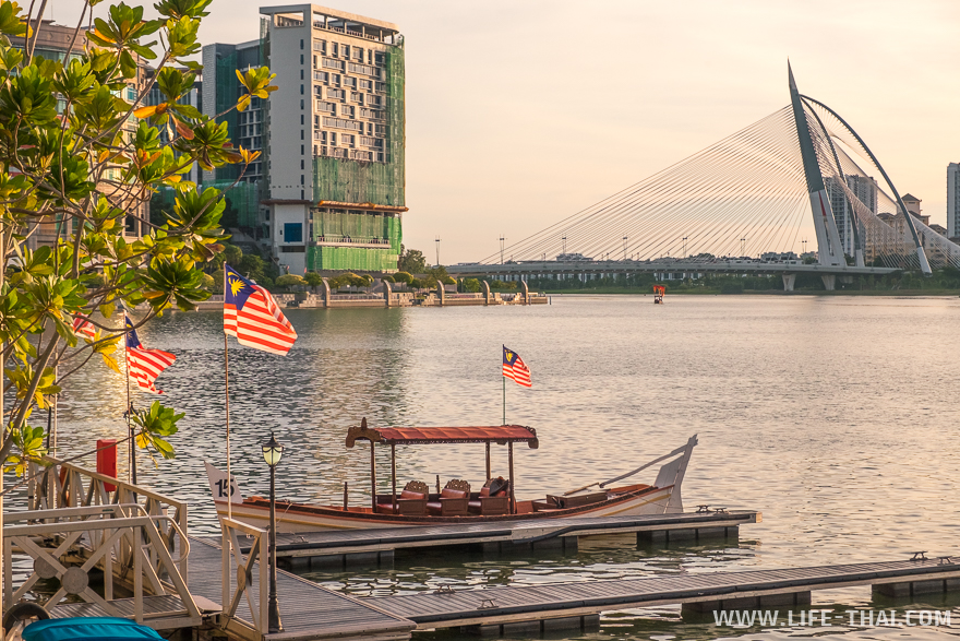 Лодки возят отдыхающих по реке
