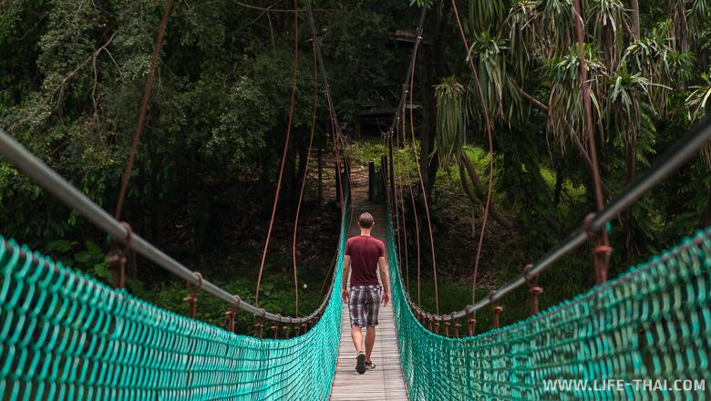 Подвесной мост через озеро на острове Борнео, Малайзия