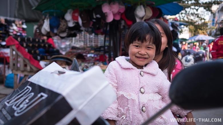 Бирманские дети на рынке в Тачайлеке