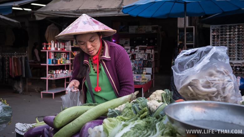 Продавщица овощей на рынке в Тачайлеке