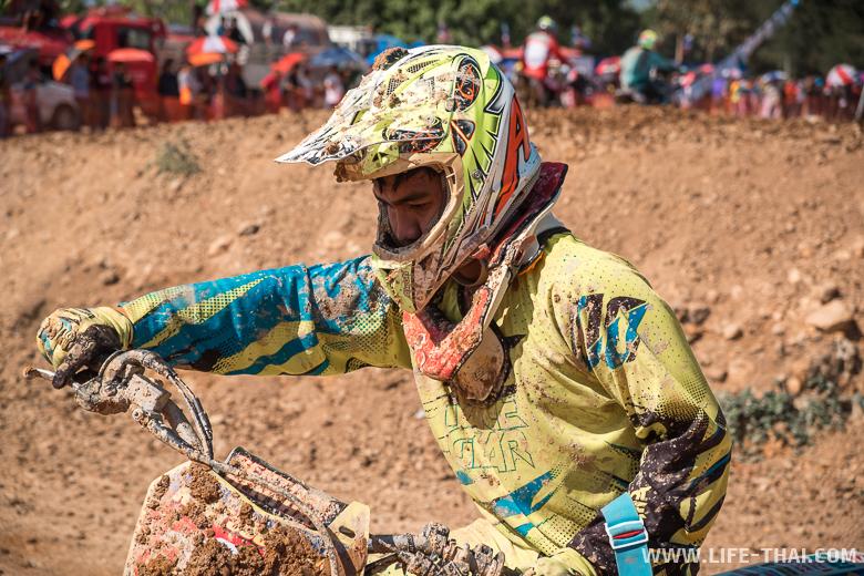 Гонщик суперкросса после гонки весь в грязи