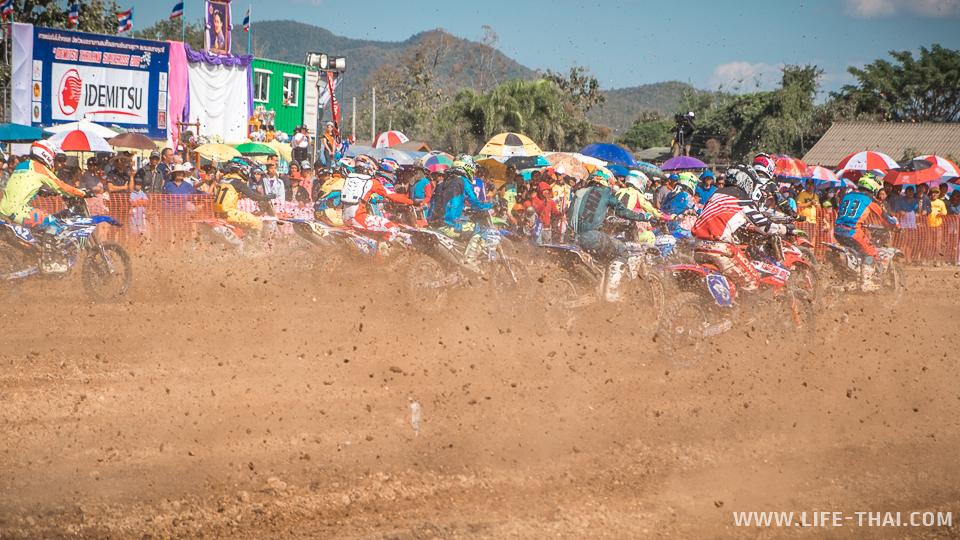 Пыль и грязь из-под колёс мотоциклов на старте суперкросса в Таиланде