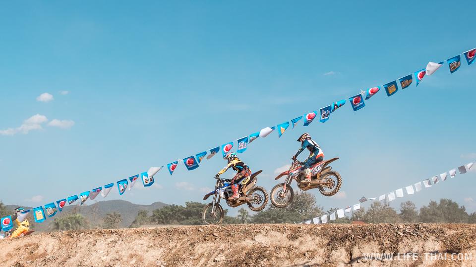 Эффектный прыжок на финише Суперкросса в Чиангмае