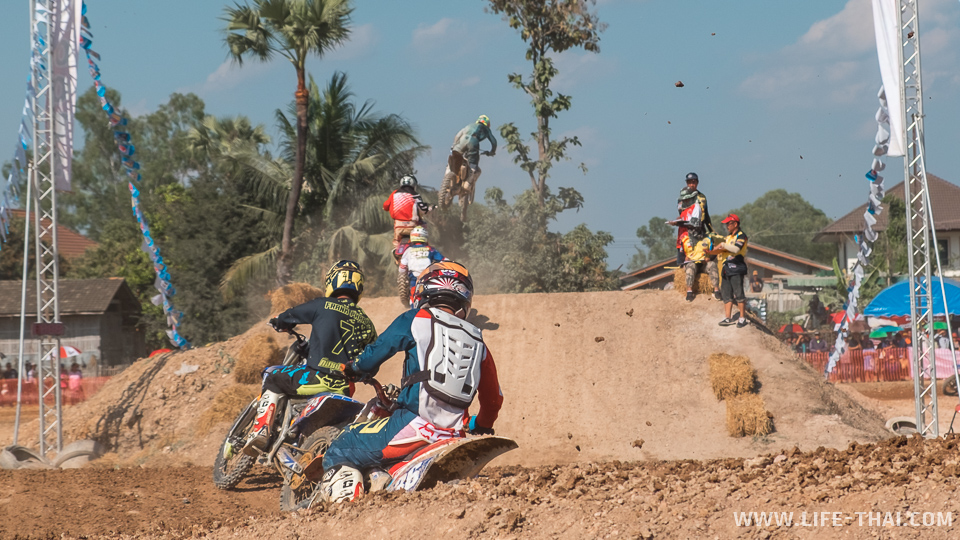 Гонщики преодолевают поворот перед финишем