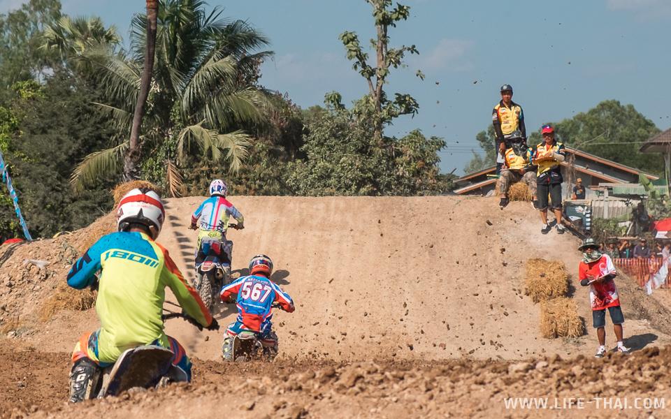 Грязь из-под колёс гонщиков суперкросса в Чиангмае