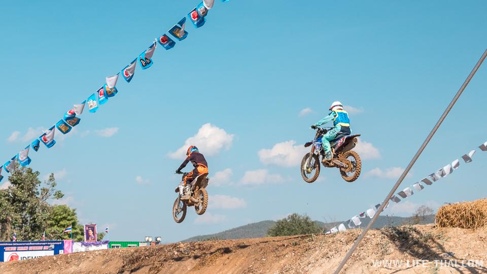 Мотоклисты финишируют прыжком