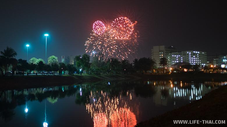 Салют в честь празднования китайского нового года