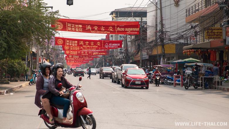 Одна из улиц в Удон Тхани, украшенная в честь празднования китайского нового года