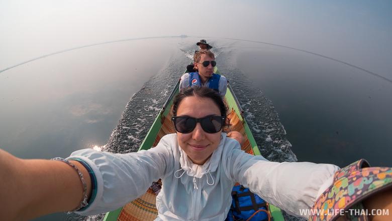 Селфи в лодке на красном озере лотосов, февраль