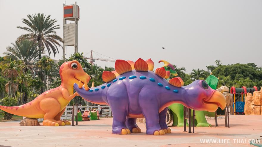 Детская площадка с огромными динозавтрами