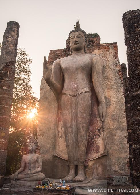 Стоящий Будда на закате
