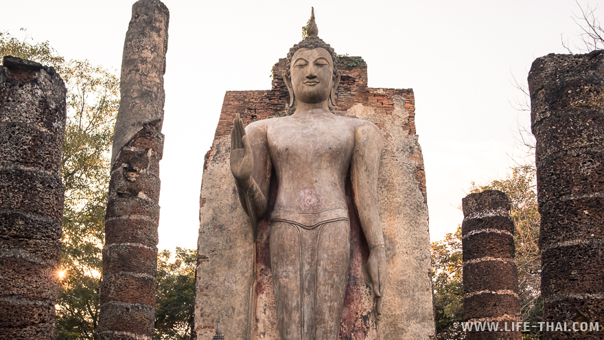 Статуя стоячего Будды была недавно отреставрирована