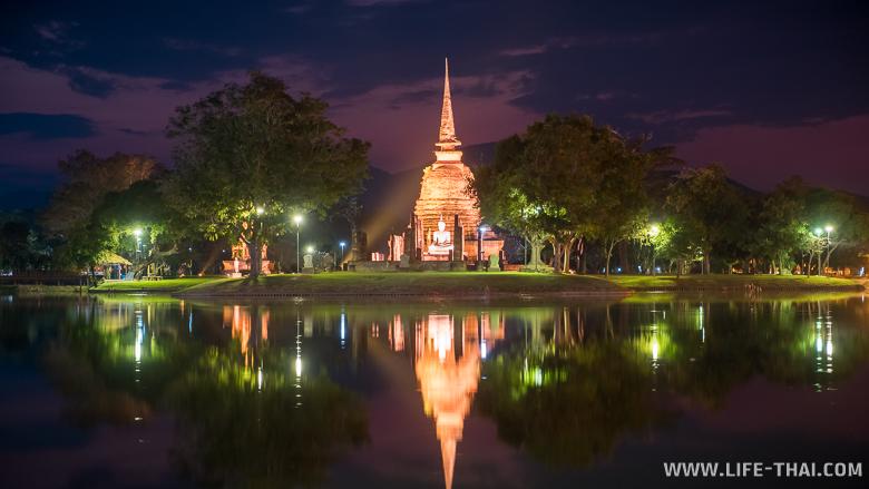 Закат в парке Сукхотай на Великолепном пруду, вид на храм Са-Си
